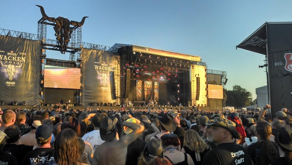Sabatons Sänger Joakim hätte lieber noch ein paar mehr Songs spielen können anstatt soviel zu quatschen und zwei Bier zu exen.