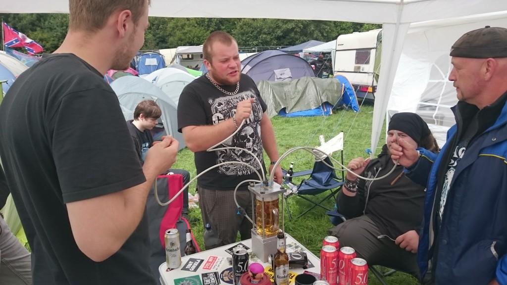 """Der """"Bier-Ingenieur"""" hat eine Vorrichtung gebaut, bei der man ein Maßkrug auf zwei Bar Druck bringen kann und sich 4 Leute ein Liter in 2 Sekunden reinziehen können."""